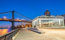 BROOKLYN NY - JUNI 11, 2013: Historiska Janes karusell på natten Arkivfoton