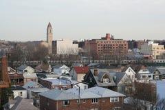 Brooklyn-typische Ansicht vom Dach einer Wohnanlage Stockbilder