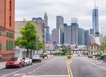 BROOKLYN USA - JUNI 16, 2013: Sikt av i stadens centrum Manhattan från B Arkivbilder
