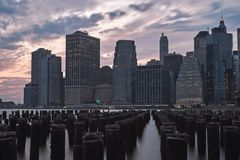 Brooklynen klibbar på solnedgången med horisontsikten, citylights nya USA york Royaltyfri Foto