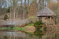 Brookside-Garten-Brücke u. Gazebo - HDR stockbild