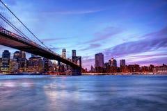 Brookyln most i Manhattan linia horyzontu przy błękitnym godzina czasem Zdjęcia Royalty Free
