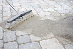broom подметать песка pavers Стоковые Изображения