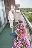 brooming старшая женщина Стоковые Фото