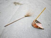 Broomstick e dustpan sulla via Fotografie Stock Libere da Diritti