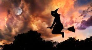 broomstickflyghäxa Fotografering för Bildbyråer