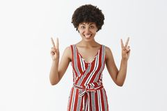 Bros και αδελφές ειρήνης Χαρούμενο όμορφο και φιλικό θηλυκό αφροαμερικάνων στις ριγωτές φόρμες που παρουσιάζουν β-σημάδια ή στοκ φωτογραφία με δικαίωμα ελεύθερης χρήσης