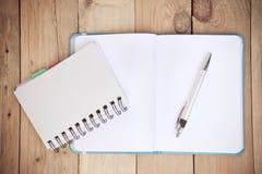 Broschüre und blaues Buch Lizenzfreie Stockfotos