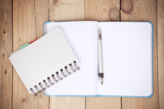 Broschüre und blaues Buch auf dem Holz Lizenzfreie Stockfotos