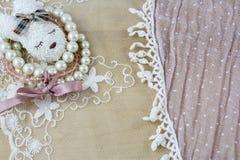 Brosch som huvudet av haren med armband på ljus - rosa färger snör åt Royaltyfria Bilder