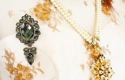 Brosche mit Perlen lizenzfreies stockbild