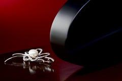 Brosche mit Perlen stockbilder