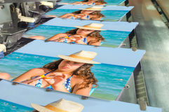 Broschyr och tidskrift som syr process arkivfoto