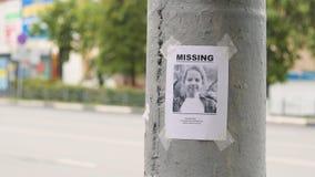 Broschyr om det saknade barnet som hänger på en pol, långsam mo