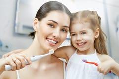 Brossage de dents image libre de droits