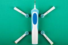 Brosse à dents électrique sur un fond vert photographie stock libre de droits