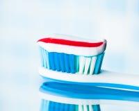 Brosse à dents avec la pâte dentifrice rouge de rayure Images libres de droits