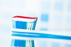 Brosse à dents avec la pâte dentifrice rouge de rayure Photo libre de droits