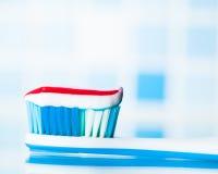 Brosse à dents avec la pâte dentifrice rouge de rayure Photos libres de droits