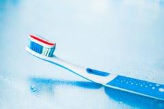 Brosse à dents avec la pâte dentifrice rouge de rayure Image libre de droits