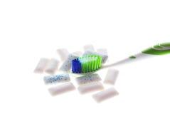 Brosse à dents avec le chewing-gum sur le fond blanc Photographie stock