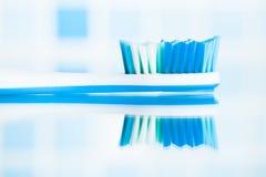 Brosse à dents bleue dans une salle de bains Images stock