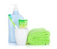Brosse à dents, bouteilles de produits de beauté et essuie-main Photos libres de droits