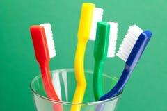 Brosse à dents colorée dans une glace Photographie stock libre de droits