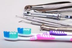 Brosse à dents de soins dentaires avec des outils de dentiste d'isolement sur le fond blanc Foyer sélectif Images libres de droits