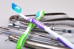 Brosse à dents de soins dentaires avec des outils de dentiste d'isolement sur le fond blanc Foyer sélectif Photos libres de droits