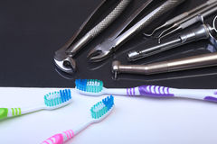 Brosse à dents de soins dentaires avec des outils de dentiste sur le fond de miroir Foyer sélectif Image libre de droits