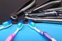 Brosse à dents de soins dentaires avec des outils de dentiste sur le fond de miroir Foyer sélectif Images stock