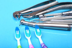 Brosse à dents de soins dentaires avec des outils de dentiste sur le fond de miroir Foyer sélectif Photos stock