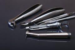 Brosse à dents de soins dentaires avec des outils de dentiste sur le fond noir de miroir Foyer sélectif Photo libre de droits