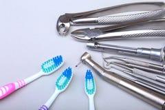 Brosse à dents de soins dentaires avec des outils de dentiste sur le fond blanc Foyer sélectif Image libre de droits