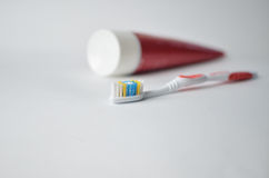 Brosse à dents et pâte dentifrice Photo stock