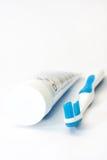 Brosse à dents et pâte dentifrice bleues Photo libre de droits