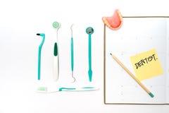 Brosse à dents et pâte dentifrice de vue supérieure Photographie stock libre de droits