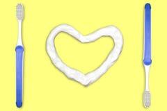 Brosse à dents et pâte dentifrice en forme de coeur Images stock