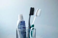 Brosse à dents et pâte dentifrice noires et blanches en verre Photos libres de droits