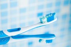 Brosse à dents sur le fond bleu de tuile Image stock