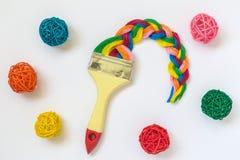 Brosse avec le fil multicolore dans la forme de tresse et le concept minimalistic d'art de boules de rotin image libre de droits