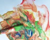 Brosse avec les peintures lumineuses mélangeant le pinceau passe-temps d'un fond Images libres de droits
