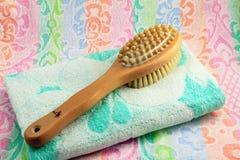Brosse en bois avec la poignée pour le massage d'un corps et d'une serviette. Photographie stock