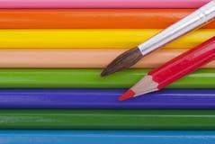 Brosse d'aquarelle et crayons colorés. Image libre de droits