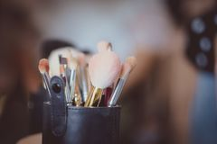 Brosse de lecture de maquillage photos stock