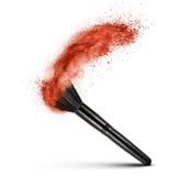 Brosse de maquillage avec la poudre rouge d'isolement Photographie stock libre de droits