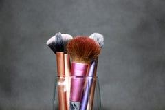 Brosse de maquillage dans la poignée pourpre, rose et d'or de couleur Ils sont base aiguë, ombre basse et brosse de luxe de pli images stock