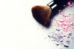 Brosse de maquillage et fards à paupières écrasés photo libre de droits