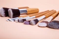 Brosse de maquillage sur un fond simple Photo stock